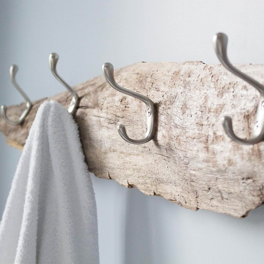 Gorgeous-DIY-towel-holder-made-from-driftwood-for-the-beach-style-bathroom